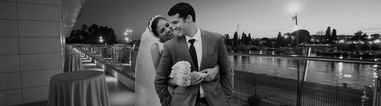 Pareja de nocios celebrando su boda en Muelle 21