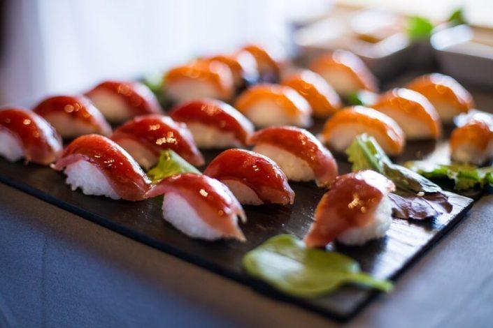 Sushi recien hecho para invitados de una empresa en Sevilla