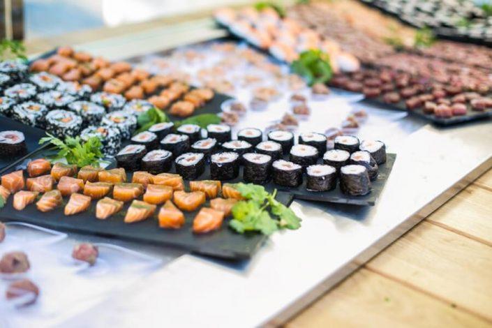 Mesa de sushi en una presentación de empresa