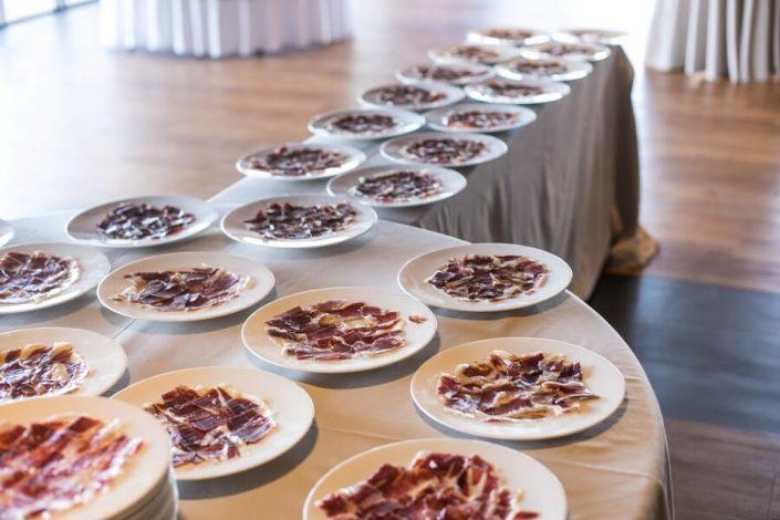 Platos de jamón recien cortado para evento