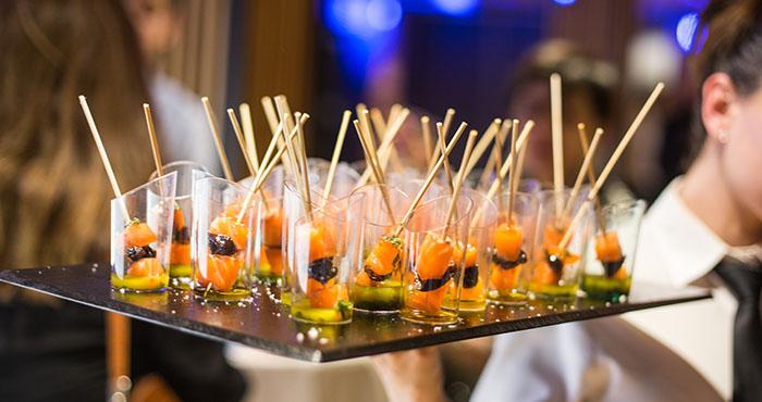 Bandeja con aperitivos tipo cóctel para eventos