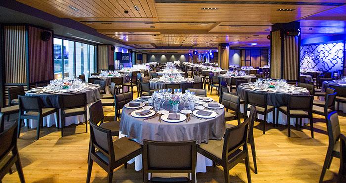 Salón para eventos preparado para cena de gala en Sevilla